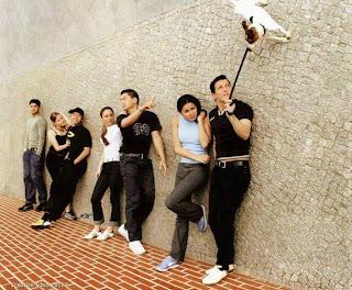 foto selfies bersama-sama sambil bersandar tembok