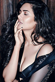 Esha Gupta Hot Cleavage