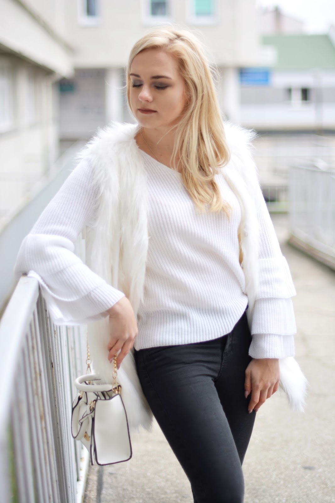 biała kamizelka futerko
