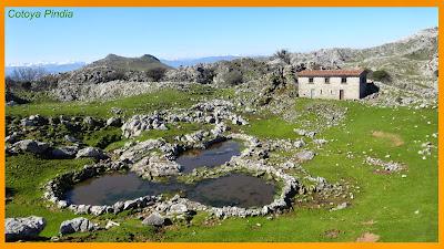 Lagunas y cabaña del Potril en la Sierra del Sueve