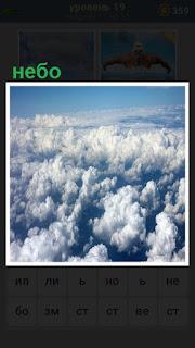 густые кучные облака на небе плывут