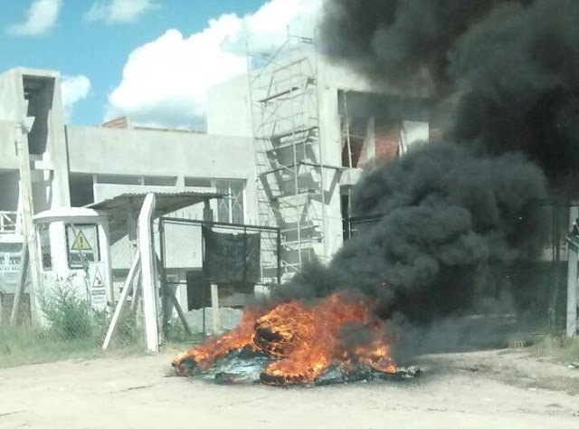 """SOCIEDAD   Protesta de operarios del barrio """"90 viviendas"""""""