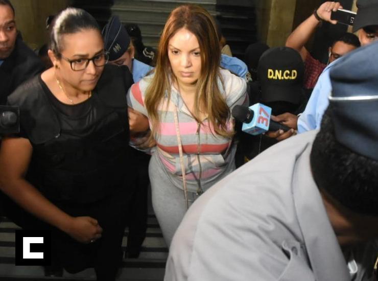 """Video: Momento en que trasladan a fiscalía a Marisol Franco, esposa de """"César El Abusador"""""""