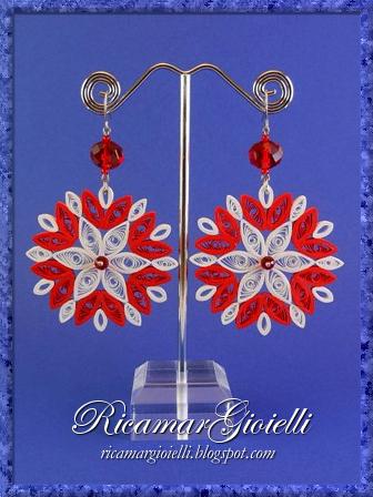 Orecchini in quilling realizzati con carta e cristalli