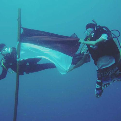 Upacara Pengibaran bendera merah putih dibawah laut