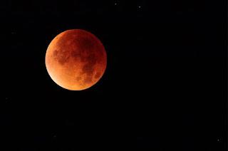 http://vnoticia.com.br/noticia/2979-eclipse-total-da-lua-ocorre-hoje-veja-dicas-para-acompanhar