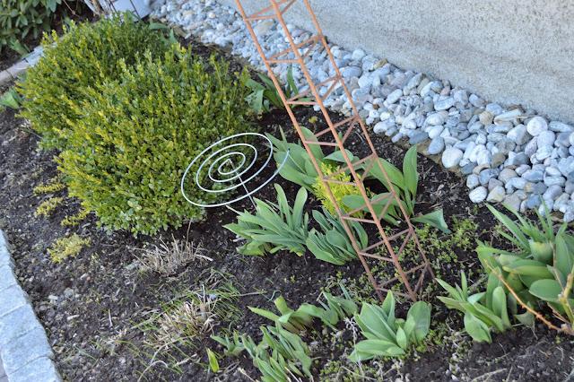 Elvestein er brukelig på flere måter i hagen  - mellom husvegg og blomsterbed DSC_008