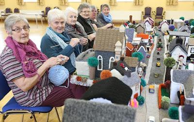 Модель собственной деревни  связали члены клуба любителей вязания из Клафмиллза (Cloughmills) в графстве Антрим Северной Ирландии.