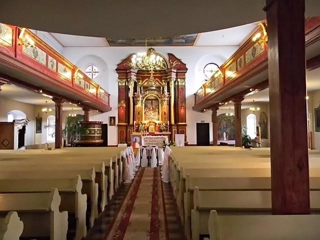 rzędy ławek, ołtarz, konfesjonał