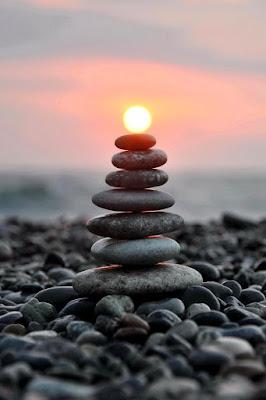 Foto keren batu di pinggir pantai yang menyala