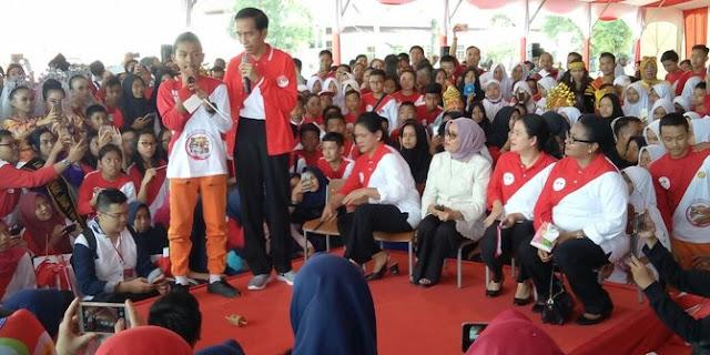 Jokowi Pamer Main Gasing di depan Anak-anak