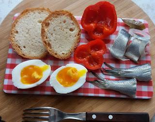 śledzik, jajko, papryka konserwowa, chleb