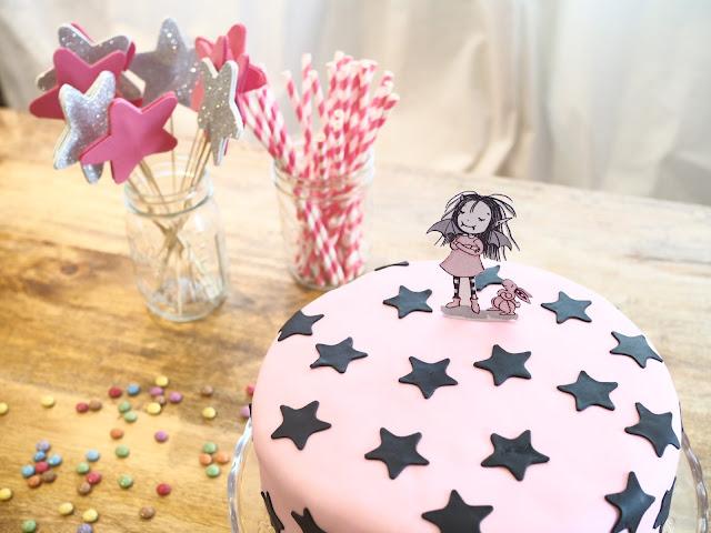 Tarta rosa con estrellas negras de Isadora Moon