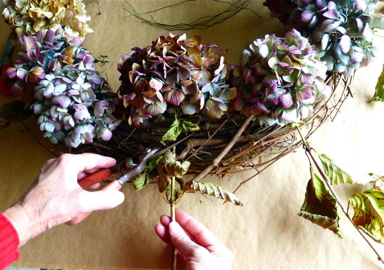 do it yourself, hydrangea, hydrangea wreath, dried hydrangea wreath, autumn hydrangea wreath, make a hydrangea wreath, make a hydrangea wreath from dried hydrangea flowers