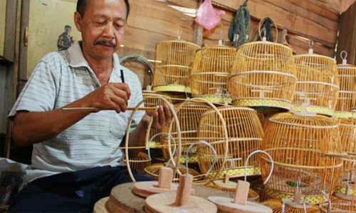 seni kriya merupakan suatu kesenian dari kulit, logam, dll