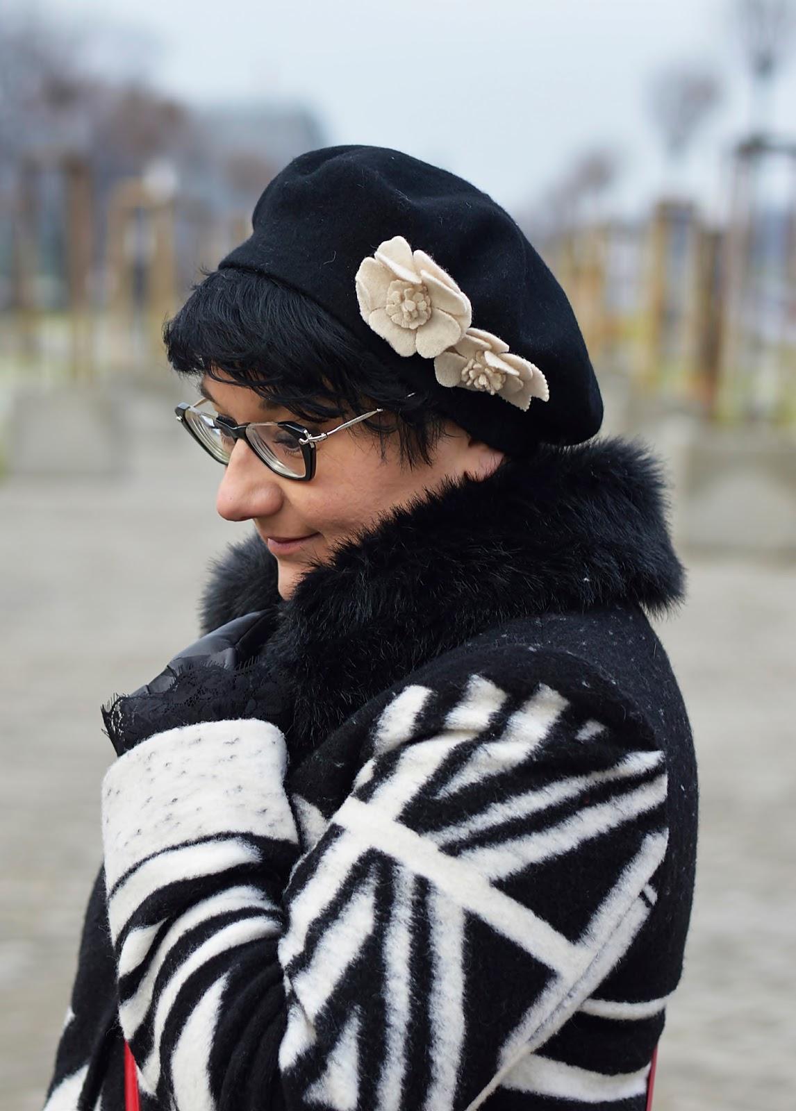 Wełniany beret, beret z kwiatkiem, czarny beret
