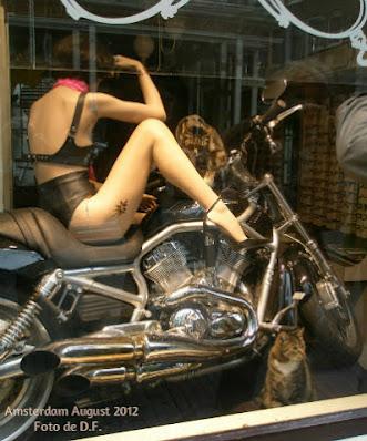 femeie pe motociclet in vitrina