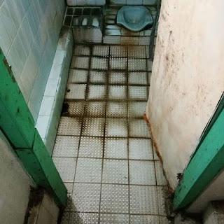 Lantai kamar mandi berkerak berusia sudah 29 tahun