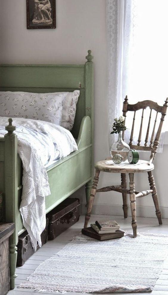 Silla de madera como mesita de noche en un dormitorio de estilo provenzal