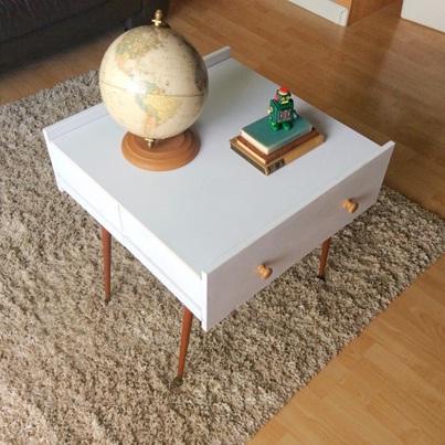 Tambahkan kaki atau roda pada laci bekas untuk membuat meja unik.