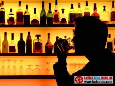 kalautau.com - Alkohol menghentikan komunikasi dan pergerakan bahan kimia antar reseptor saraf dalam otak
