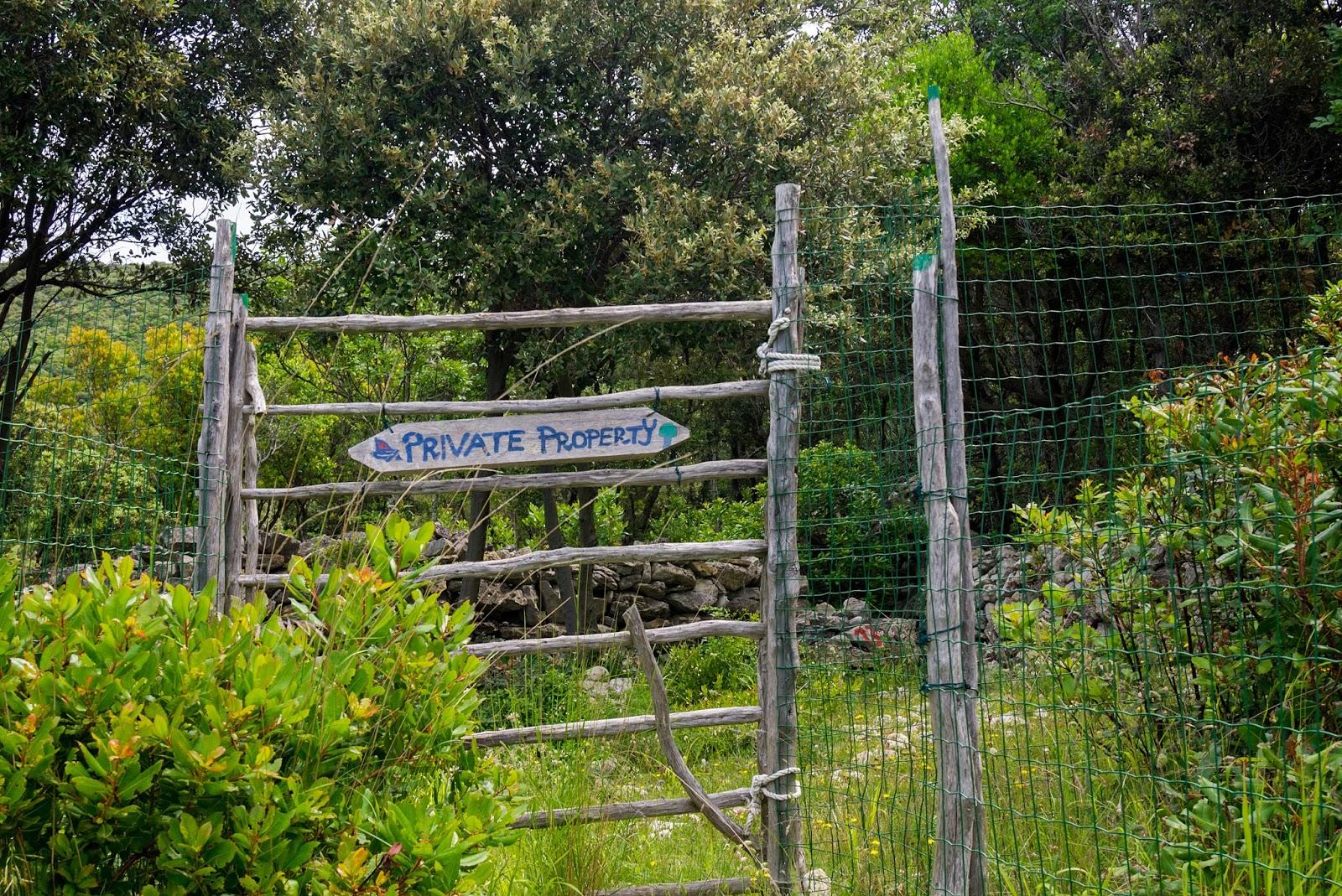 Cancello Di Legno Usato : Tra fiume e trieste e quegli strani cancelli di legno nei muretti