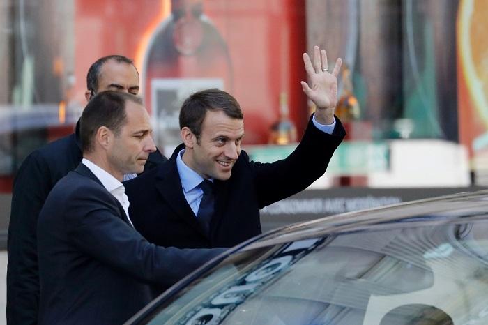 إيمانويل ماكرون رئيس فرنسا يشن حربا على دول أفريقيا