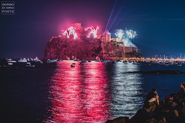 Antiche tradizioni dell' Isola d' Ischia, Festa a mare agli scogli di Sant' Anna, Festa di Sant'Anna 2018, foto Ischia, fotografare i fuochi d'artificio, Incendio del Castello Aragonese Ischia,