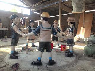 patung anak sekolah