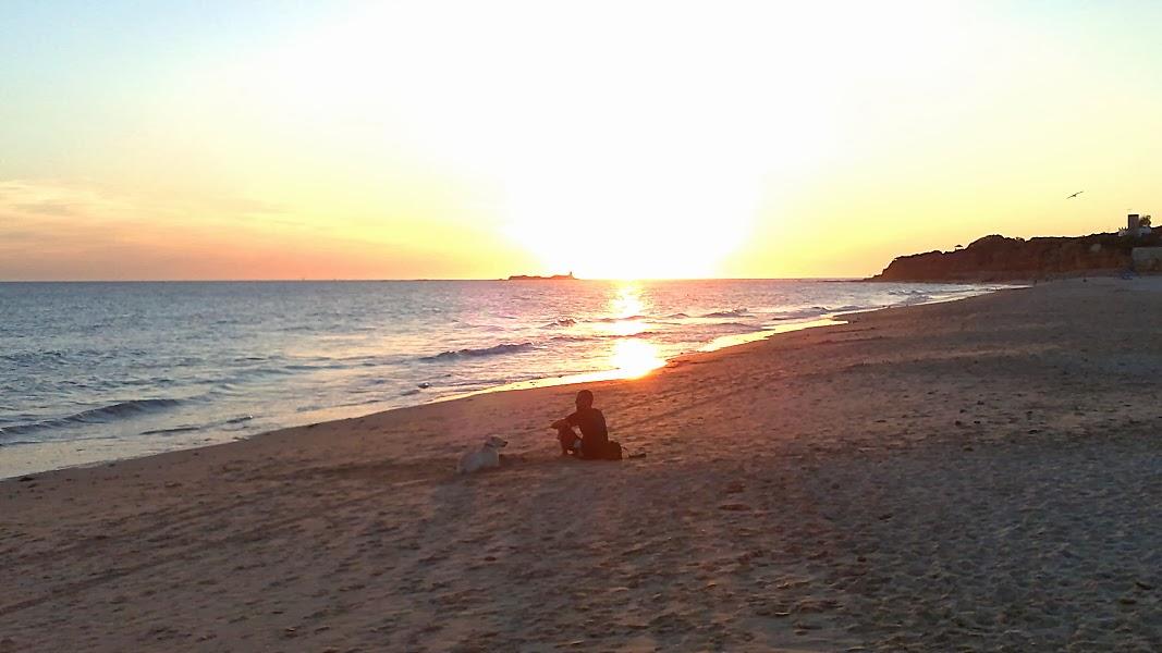 Het La Barossa strand van Novo Sancti Petri tijdens een prachtige zonsondergang aan zee