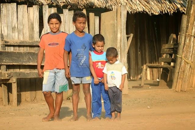 Kinder in einem afrikanischen Dorf