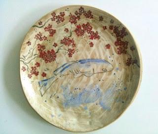 Annapia Sogliani ceramic art gallery showroom assiette céramique fait décoré main poisson carpe fleurs grande piatto ceramica fatto e decorato a mano pesci carpa fiori