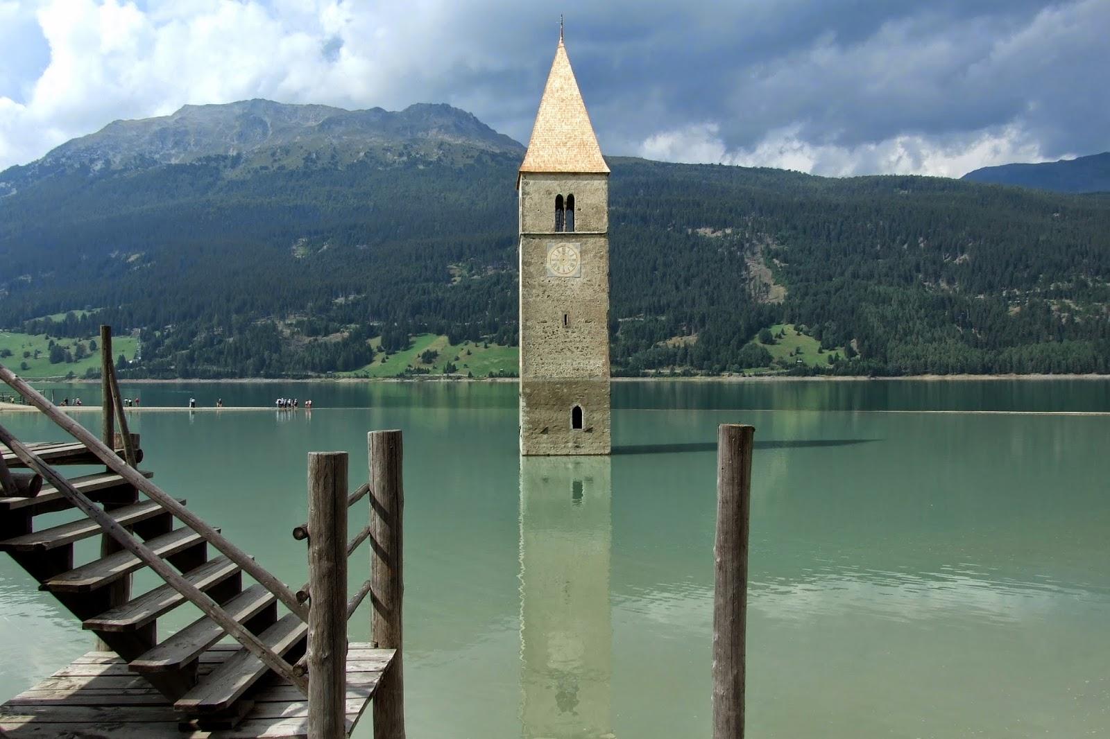 Lo spettacolo dell 39 emozione il campanile sommerso del for Case di legno del paese del lago