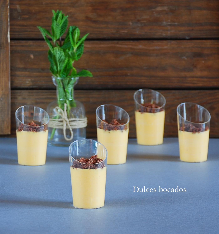 Yogur griego con maracuya y crujiente de chocolate - Dulces bocados