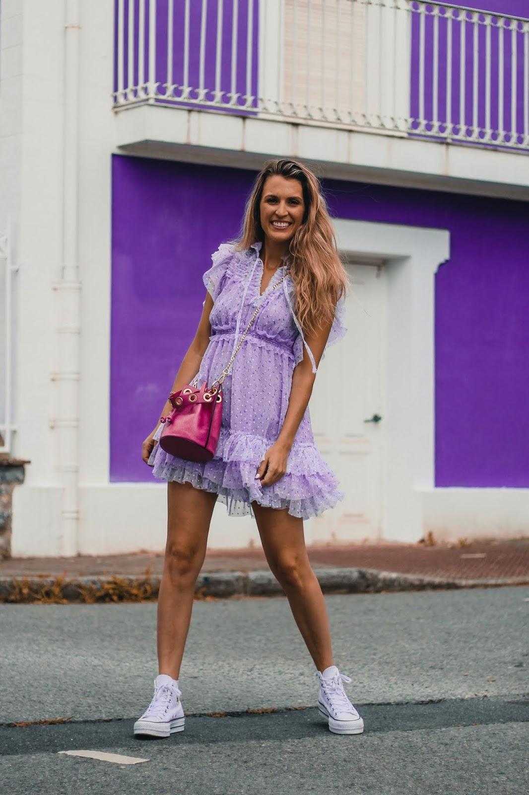 vestido lila con volantes