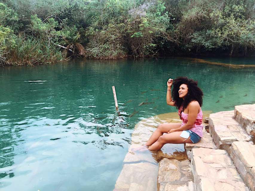 Simone Sampaio relaxou nas águas cristalinas de um lago. Foto: Renato Cipriano