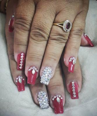Uñas rojas con piedras