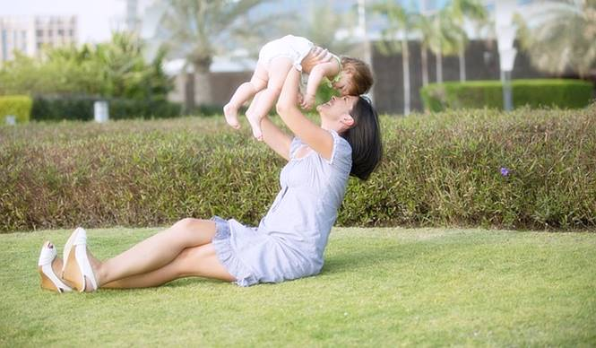 ibu bermain bersama bayi