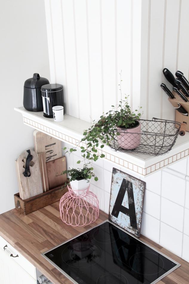 Mit leichten Pastellfarben zieht der Frühling in die Küche ein! Küchenumstyling mit neuen Gelenk-Lampen! Blick auf die Dekortion der Esse