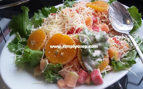 SALAD BUAH : Inilah Salad Buah yang saya nikmati disela sela acara ASUS Blogger Gathering di IBIS Pontianak Sabtu (16/3) kemarin. Rasa yang seanggun penampilan. Foto Asep Haryono