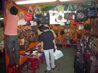 Bolsos y complementos en el Mercado Ben Thanh. Ho Chi Minh. Vietnam