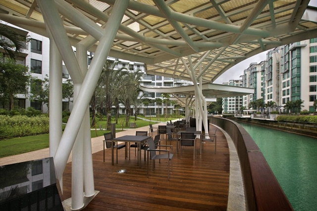 Reflections at Keppel Bay by Studio Daniel Libeskind with tables in the backyard