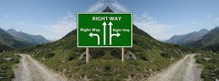 bifurcação de estrada com placa sinalizadora