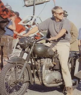 Steve McQueen con su moto durante el rodaje de La gran evasión