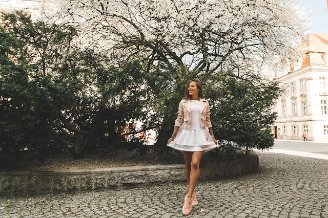 White Sugarfree dress - Czytaj więcej