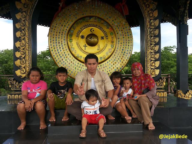 Gong Perdamaian Nusantara di dalam Tugu Perdamaian Palu