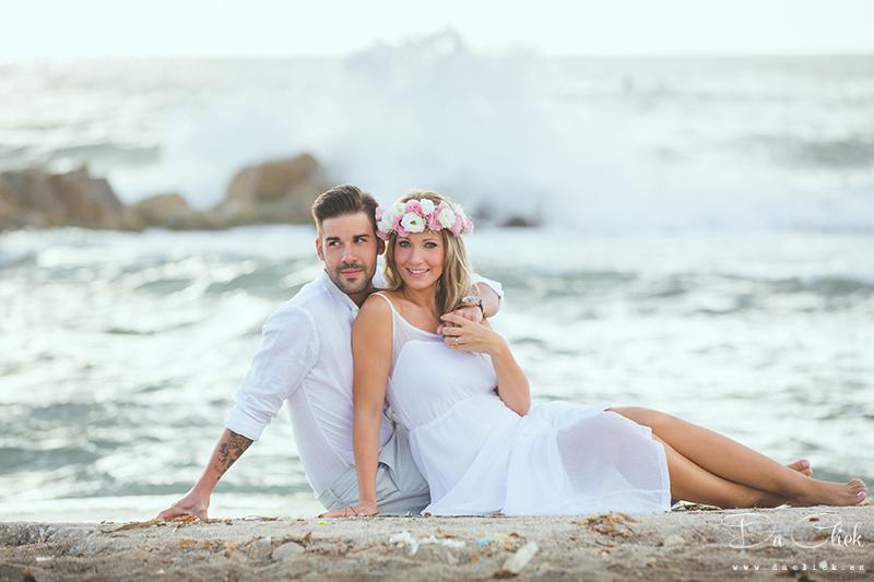 pareja preboda romántica en la playa