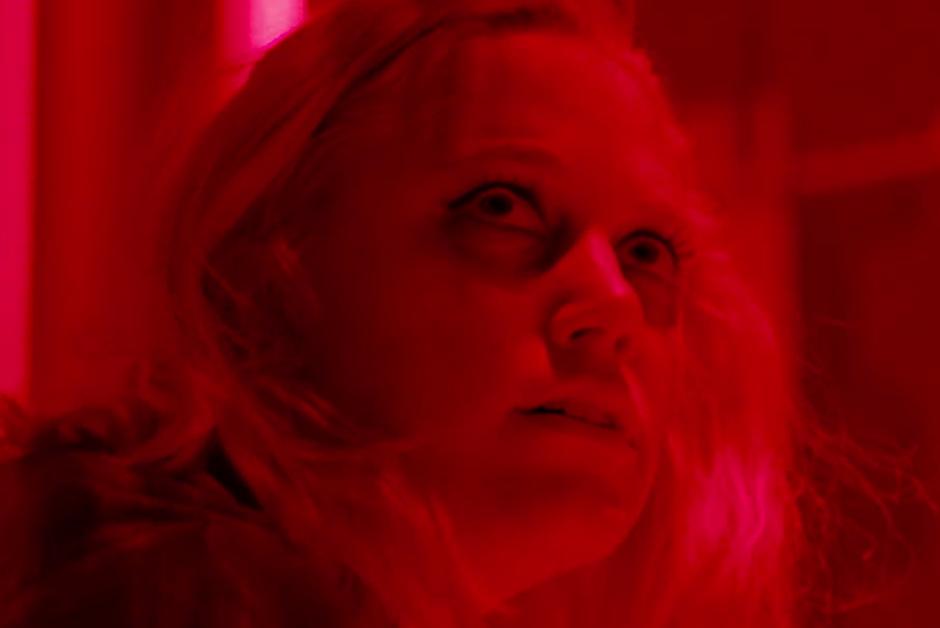 Tau | Assista ao trailer do suspense sci-fi da Netflix, com Maika Monroe e Gary Oldman