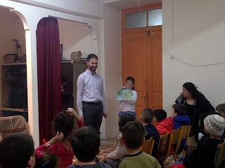 Τα παιδιά περιγράφουν στο Βαγγέλη μια ζωγραφιά