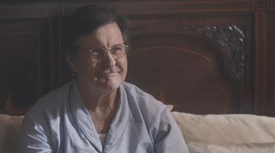 Júlio (Antonio Calloni) fica feliz com notícia inventada por Lola (Gloria Pires) — Foto: Globo